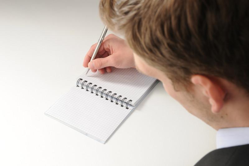 Man schreibt mit Stift