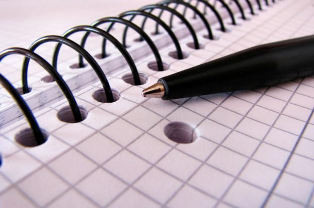 Stift liegt auf Block