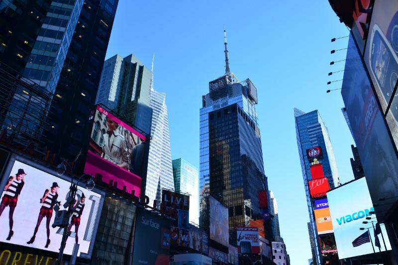 Hochhäuser mit Werbung