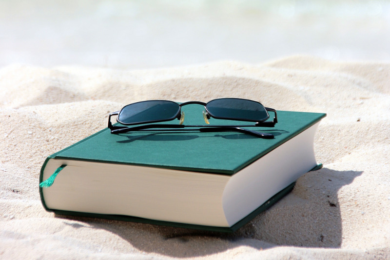 Buch mit Sonnenbrille