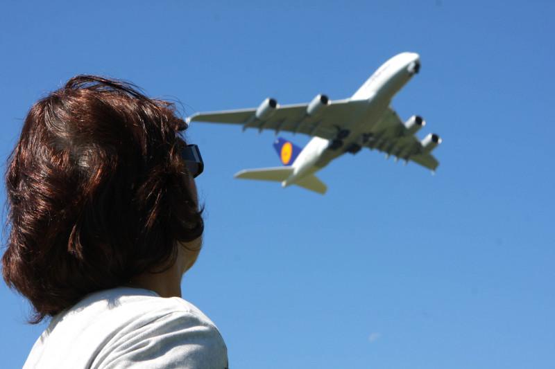 Mensch beobachtet Flugzeug.