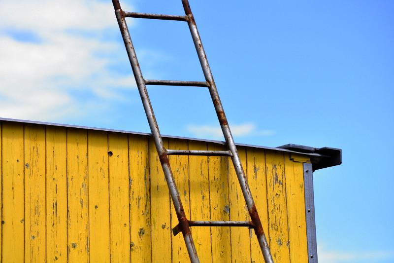 Leiter lehnt am Haus